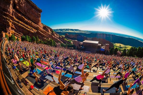"""""""Yoga en las rocas"""";  2000 personas haciendo yoga juntas en el Anfiteatro Red Rocks, Morrison (Denver), Colorado, Estados Unidos."""