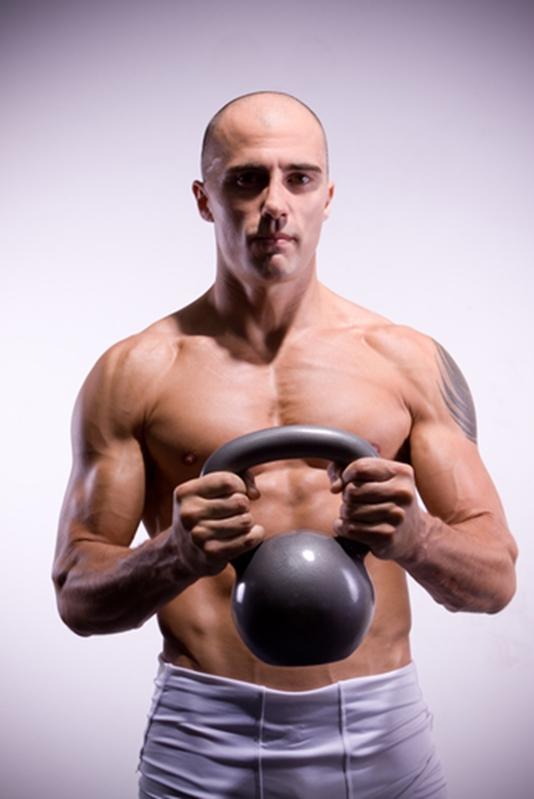 Las pesas rusas pueden apoyar varios resultados de acondicionamiento físico.