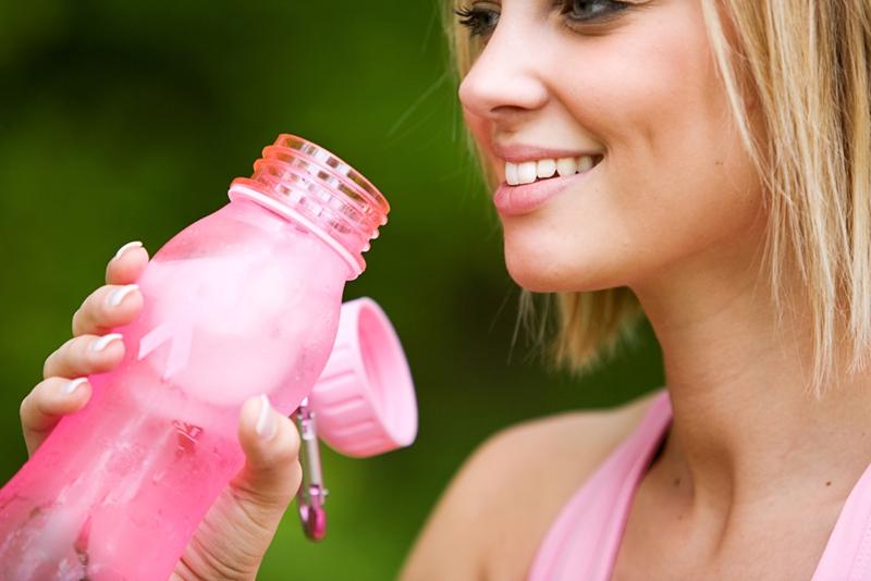 Una botella de moda mantenida helada será de gran alivio después de un duro entrenamiento.
